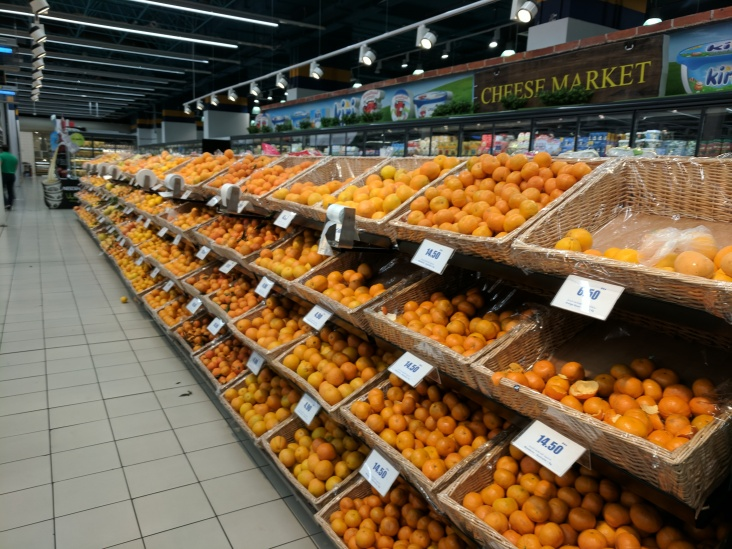 A whole row of citrus fruits similar to oranges